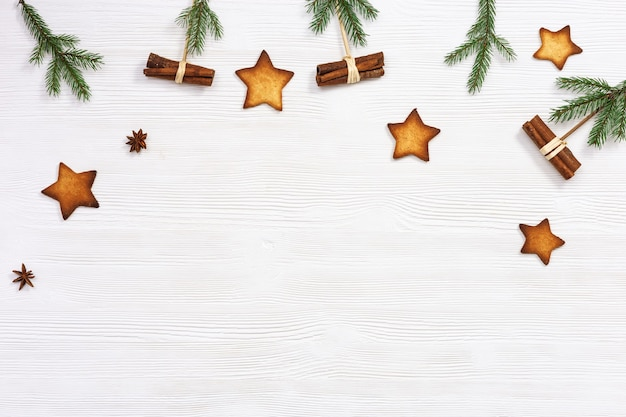 Composizione natalizia biscotti di panpepato natalizio con stelle rami di pino e bastoncini di cannella