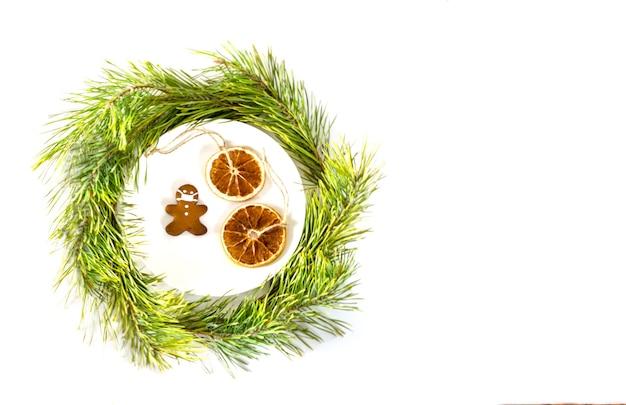 Composizione natalizia biscotti a forma di uomo con maschera concetto di vacanza