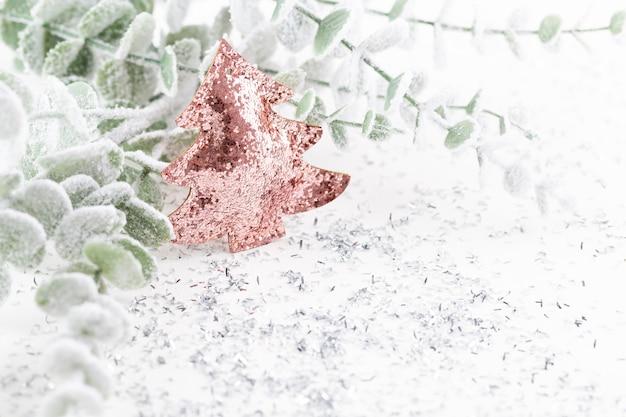 Composizione in natale decorazioni su bianco.