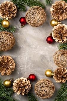 Composizione di natale. ornamenti dorati, pigne e aghi di abete. copia spazio