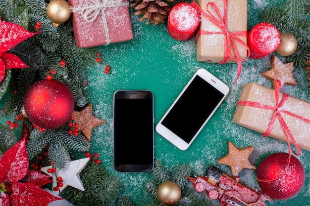 Composizione di natale. biglietto d'auguri. decorazioni natalizie verdi, rami di abete