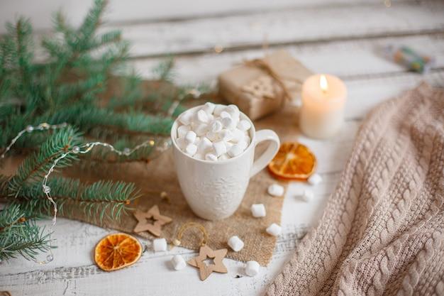 Tazza composizione natalizia con cacao e marmellata