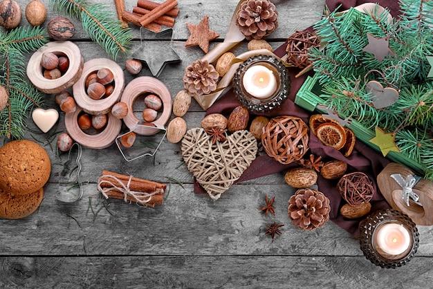 Composizione natalizia di decoro naturale su fondo in legno
