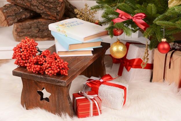 Composizione natalizia vicino al camino in camera
