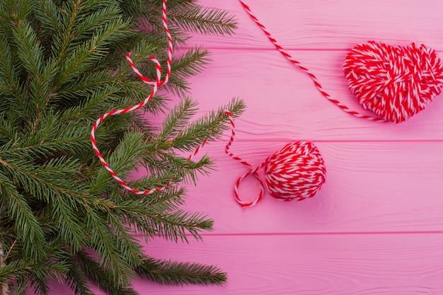 Composizione in natale su fondo di legno rosa.