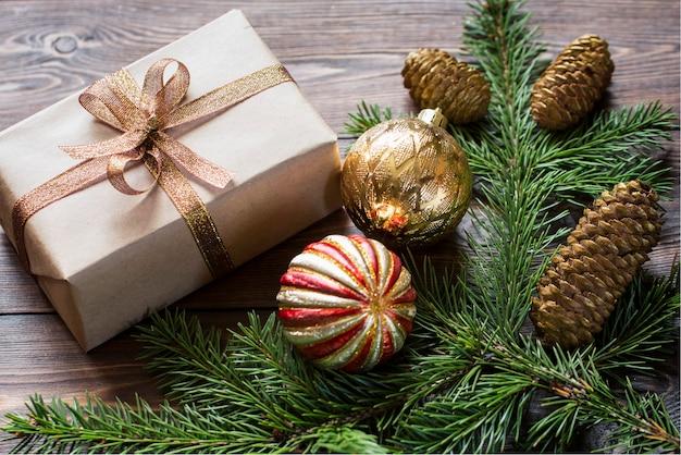 Composizione natalizia di rami di abete rosso regalo di palle di natale rosse e dorate su una superficie di legno