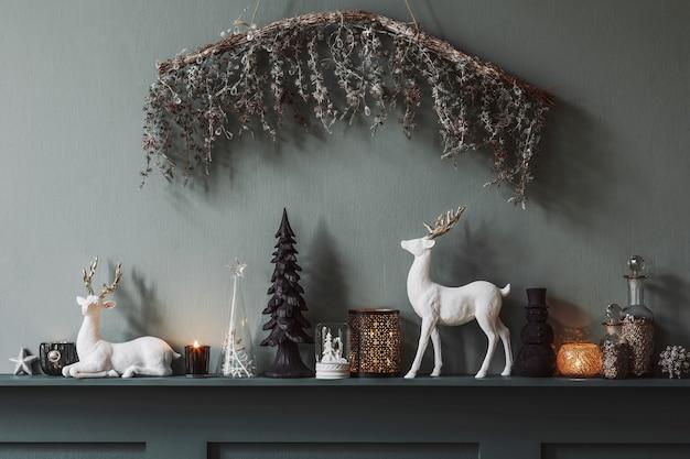 Composizione natalizia sullo scaffale all'interno del soggiorno. bella decorazione. alberi di natale, candele, stelle, accessori leggeri ed eleganti. buon natale e buone feste, modello.