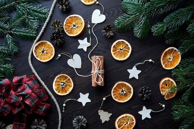 Composizione di natale vista dall'alto disposizione piatta di arance secche