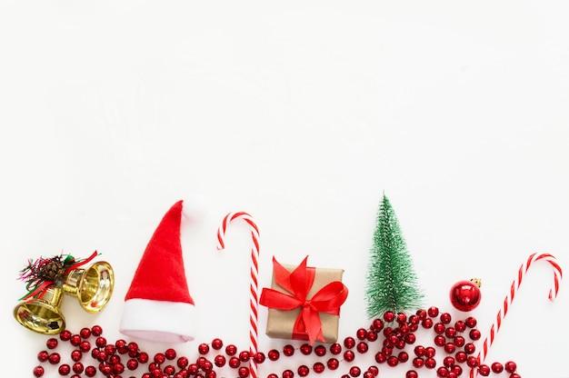 Composizione in natale su uno sfondo bianco. concept creativo del nuovo anno.