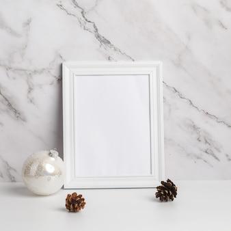 Composizione di natale. decorazioni natalizie con cornice bianca e regali su uno sfondo di marmo