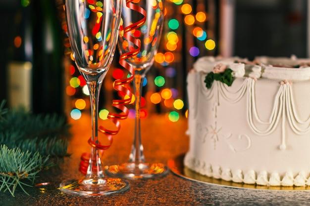 Composizione in natale con champagne e bokeh multicolore