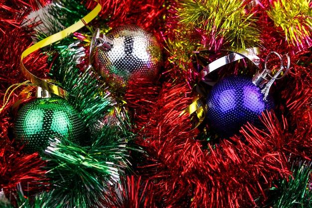 Composizione natalizia con palline di natale e orpelli multicolori. palle di natale in primo piano di orpelli luminosi