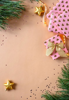 Composizione in natale con regali di natale. biglietto di auguri vuoto e decorazioni natalizie. anno nuovo piatto laico, vista dall'alto, copia dello spazio.