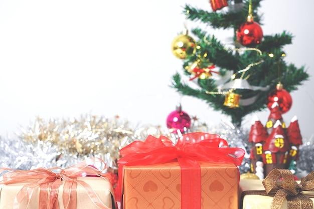 Composizione in natale con decorazioni e confezione regalo con fiocchi su bianco