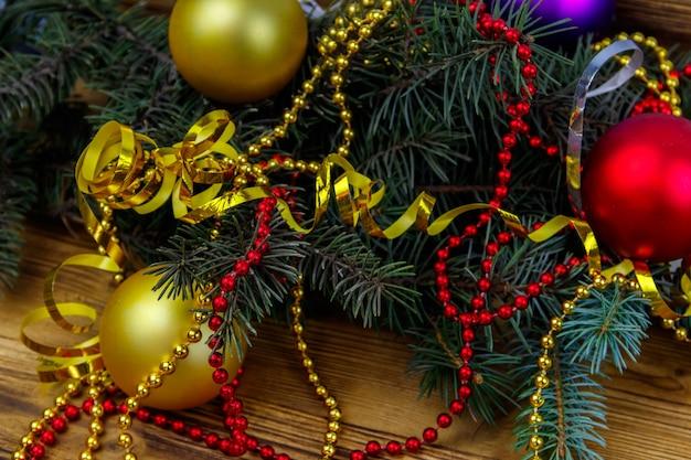 Composizione natalizia con rami di abete e decorazioni natalizie su tavola di legno