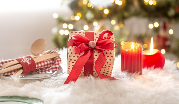 Composizione in natale con confezione regalo, candele e ornamenti