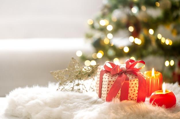 Composizione in natale con confezione regalo e ornamenti