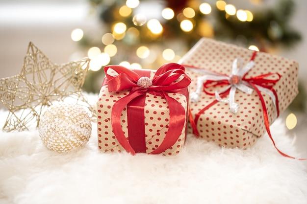 Composizione natalizia con scatole regalo in un'accogliente atmosfera invernale