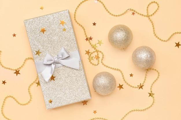 Composizione natalizia con regalo su colore