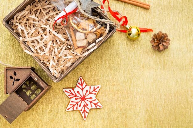 Composizione in natale con regali, palle di natale, giocattoli, canne da zucchero