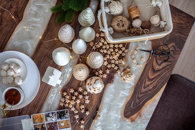 Composizione natalizia con albero di natale artigianale