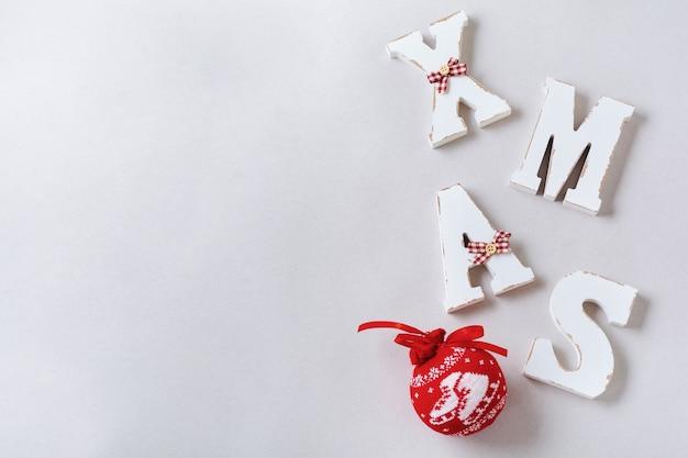 Composizione in natale con lettere xmas e decorazioni di capodanno sulla superficie grigia