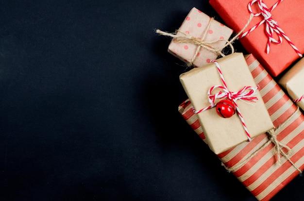 Composizione natalizia con molte scatole regalo artigianali per rami sfondo del concetto di vacanza