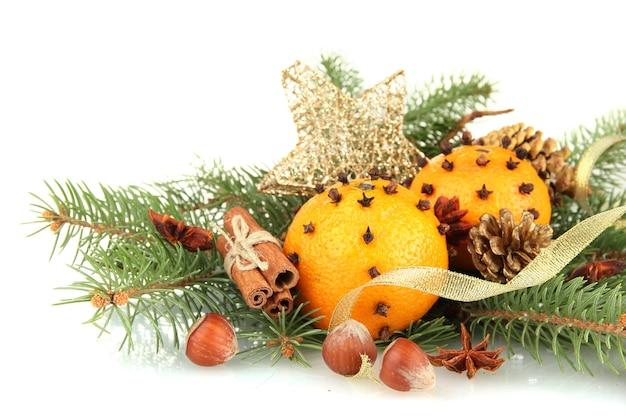 Composizione di natale con arance e abete, isolato su bianco