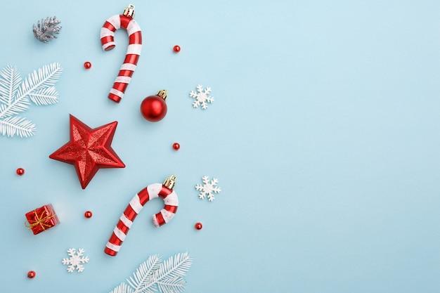 Composizione in natale con stella rossa, caramelle e decorazioni