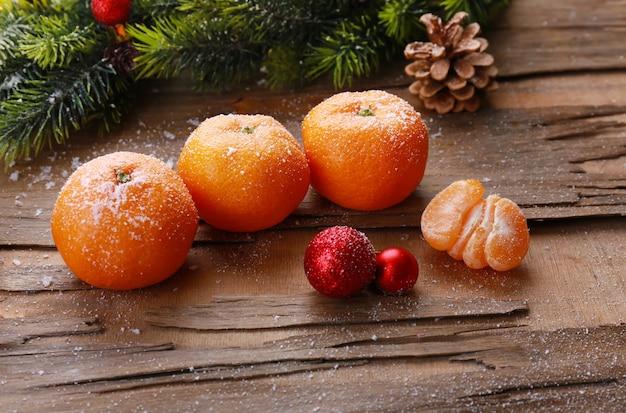Composizione natalizia con mandarini su tavola di legno