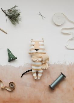 Composizione natalizia con tigre giocattolo simbolo del nuovo regalo rami di abete e decorazioni cris...