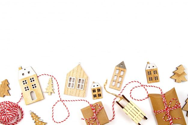 Composizione in natale con le decorazioni di legno sopra i precedenti bianchi. vacanze stagionali, biglietto di auguri, invito per la festa di natale
