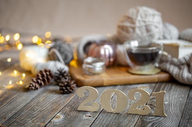 Composizione natalizia con numero in legno per il prossimo anno sui dettagli di arredo.