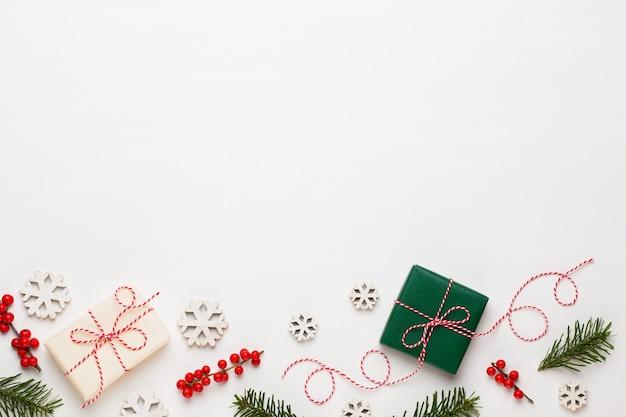 Composizione di natale. decorazioni in legno, stelle su sfondo bianco.