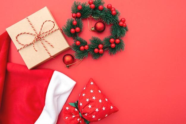 Composizione in natale, ghirlanda, giocattolo di natale e borsa, immagine del concetto di vacanza invernale