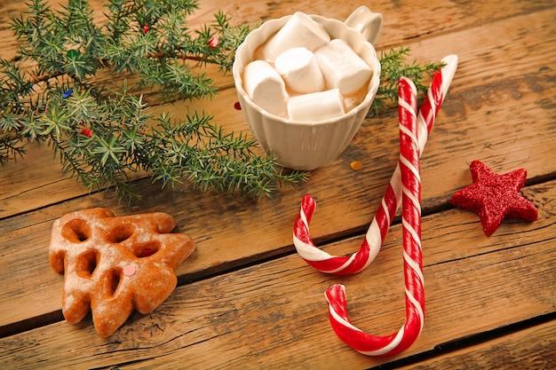 Concetto di natale. tazza di cioccolata calda con marshmallow e decorazioni sulla tavola di legno