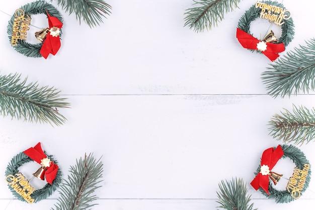 Oggetti di decorazione di concetto di natale, ghirlanda di rami di abete e ornamento.