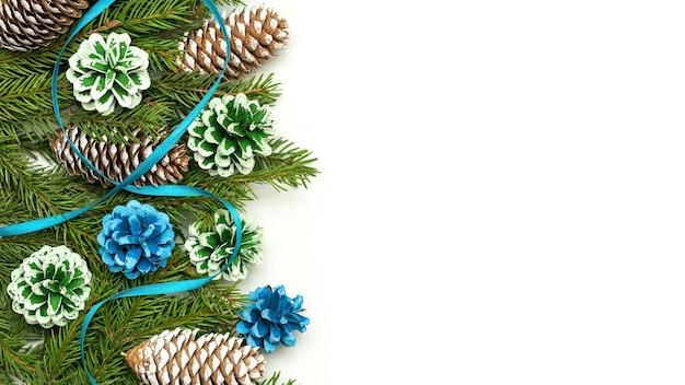 Concetto di natale di decorazioni fatte di rami di abete e coni.