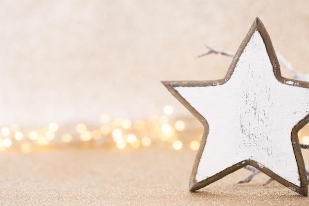 Concetto di natale. decorazione festiva su sfondo bokeh argento. anno nuovo concetto. copia spazio. lay piatto. vista dall'alto.