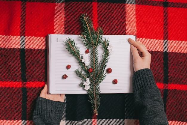 Concept.notebook di natale su priorità bassa rossa