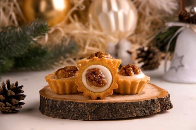 Concetto di natale. biscotti dolci su supporto in legno