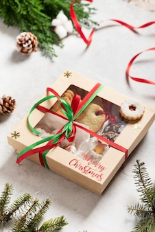 Concetto di natale con biscotti fatti a mano e confezione regalo, immagine di messa a fuoco selettiva