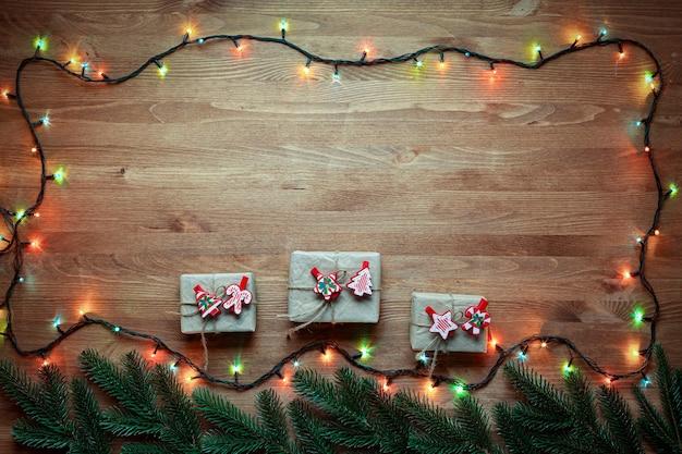 Concetto di natale con regali di capodanno. copi lo spazio incorniciato dai rami e dalle decorazioni dell'albero di natale