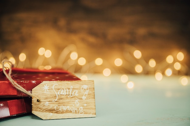 Concetto di natale con il tag sulla confezione regalo