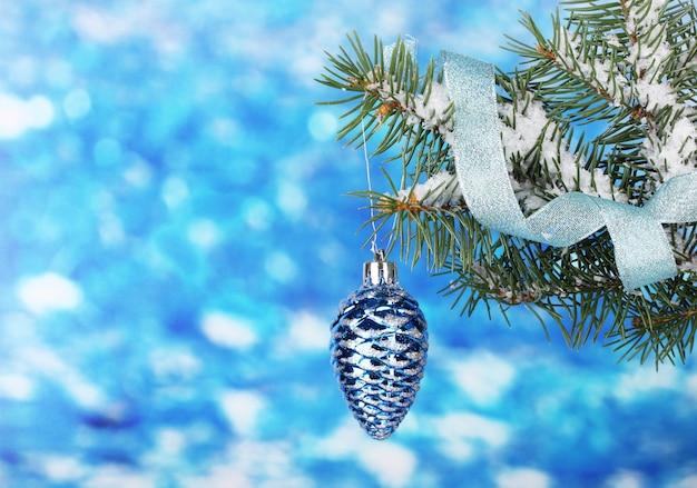 Cono di natale sull'albero su blu