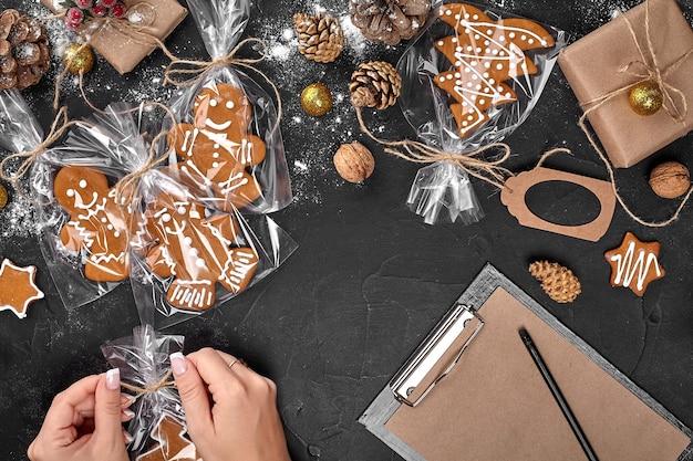 Albero di biscotti di natale realizzato con tagliabiscotti a stella di pan di zenzero pasta di capodanno decorato con corda b...