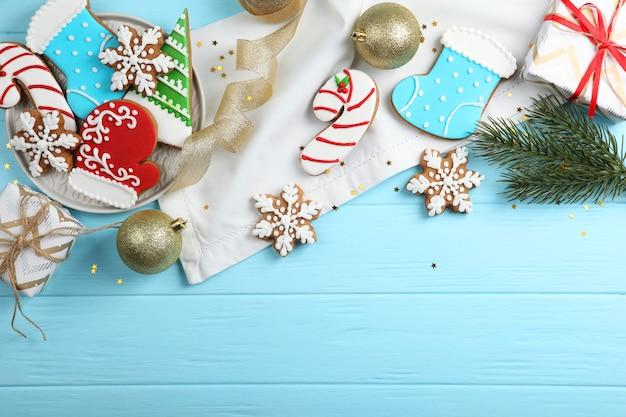 Biscotti natalizi e accessori natalizi vista dall'alto
