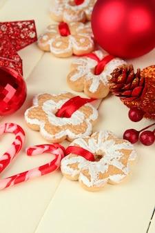 Biscotti e decorazioni natalizie su fondo in legno colorato