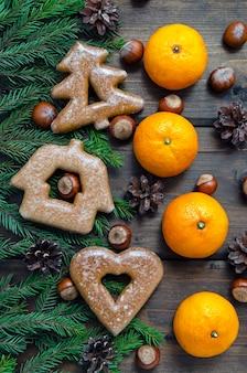 Biscotti di natale e decorazioni con rami di abete