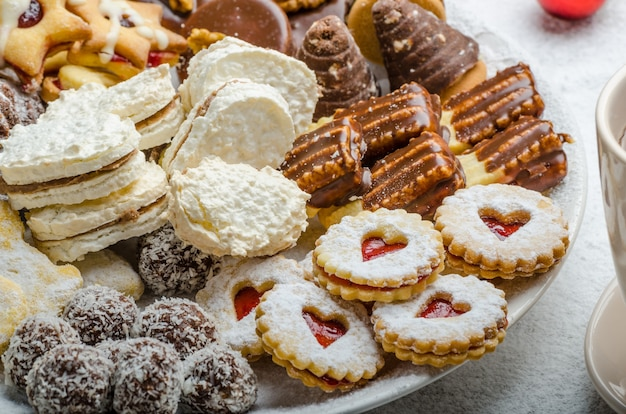 Biscotti di natale e tè fresco sulla tavola di legno